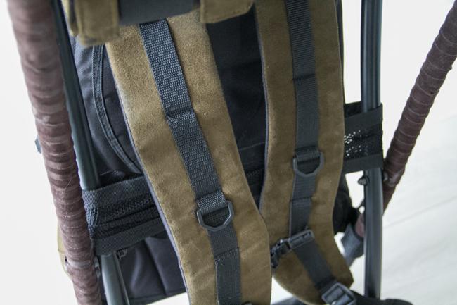 Leveät kantohihnat. Se tarkoittaa myös sitä, että asetta on vaikea pitää olkapäällä kun aseen hihna valuu koko ajan.