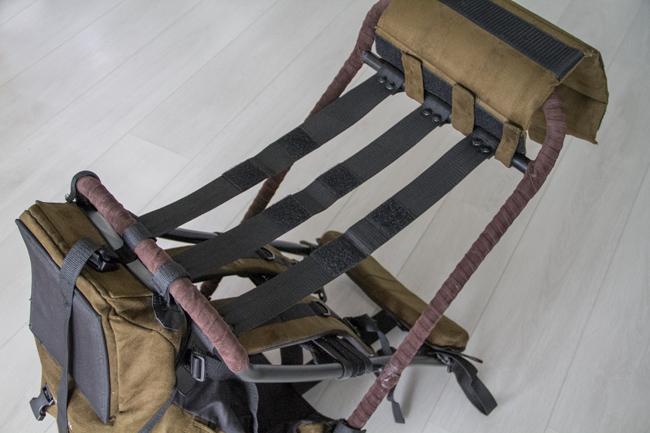 Istuinosan alla on kolme tukihihnaa, joihin istuinosa kiinnitetään Velcro-tarroilla