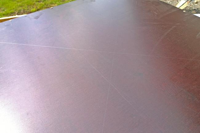 Ristikko on helppo ruuvata paikalleen, kun levyn alapuolelle piirtää apuviivat nurkasta nurkkaan.